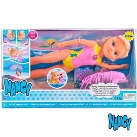 Nancy Nadando entre Delfines